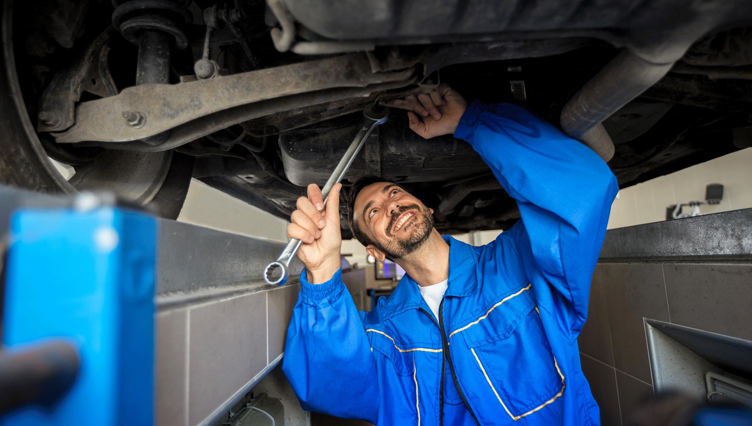 Jak oszczędzić czas i pieniądze naprawiając samochód we własnym garażu?